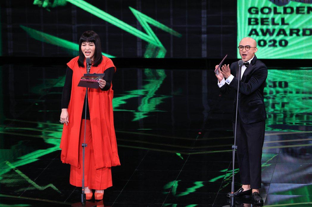 唐綺陽(左)與小馬(右)擔任頒獎人差點出糗。記者林伯東/攝影