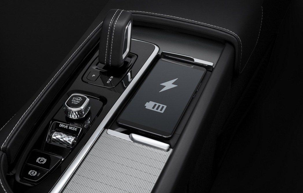 在舒適性配備部分,全新年式 XC60 新增手機無線充電板、後座 12V 電源亦升...