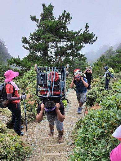 神人協作「比勇」獨力完成將百公斤發電機揹上嘉明湖步道的任務。 圖/台東縣議員王文怡提供