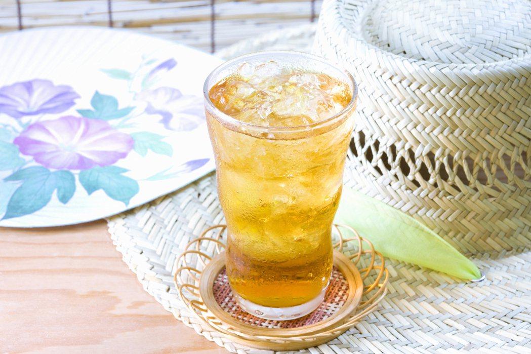 想喝飲料的話,建議選擇無糖的茶飲,喝茶也可以順便去去油脂。圖/ingimage