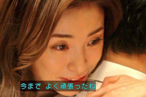 話題日劇「半澤直樹2」27日晚間日本播出完結篇,收視率高達32.7%,創下令和電視劇新高紀錄。而劇中戲分雖不如首集多,但出場時的療癒台詞讓人封為「療癒女神」的上戶彩,在完結篇中對老公堺雅人一番安慰,...