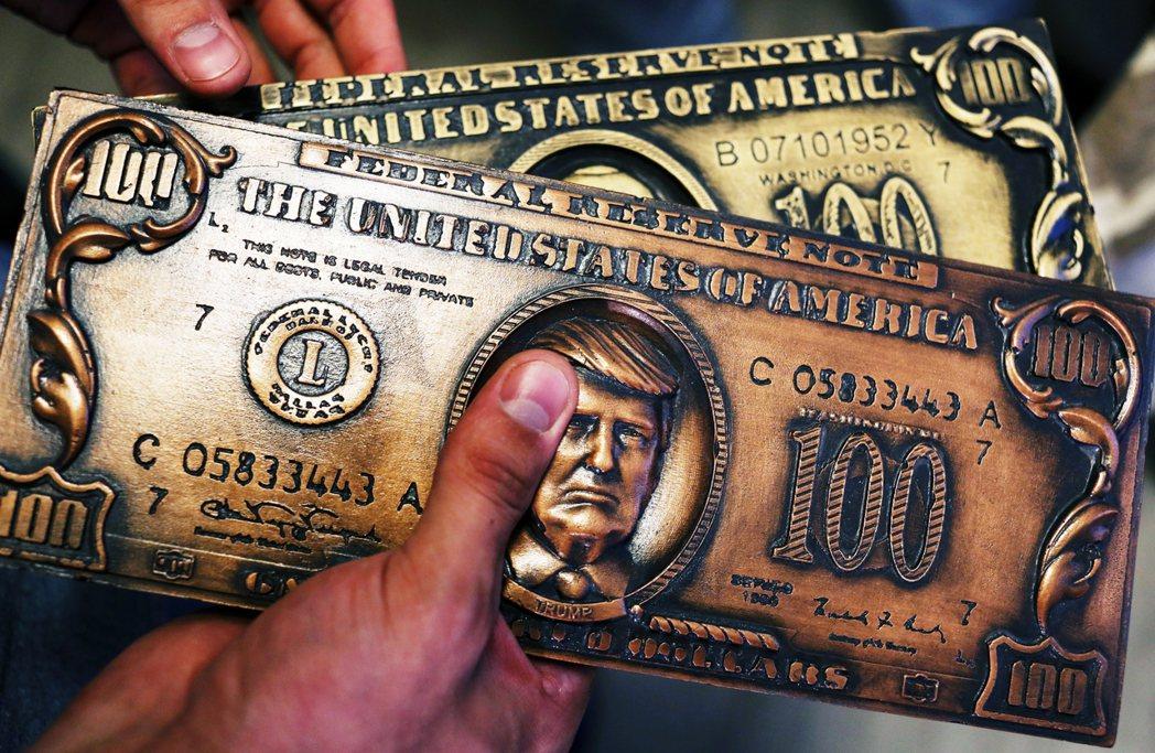 圖為出現川普頭像的仿製美金。 圖/美聯社