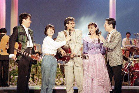 「校園民歌」一詞在早期曾出現爭議。圖為民歌手王夢麟、蔡琴、羅吉鎮、李碧華,攝於1988年。 圖/聯合報系資料照