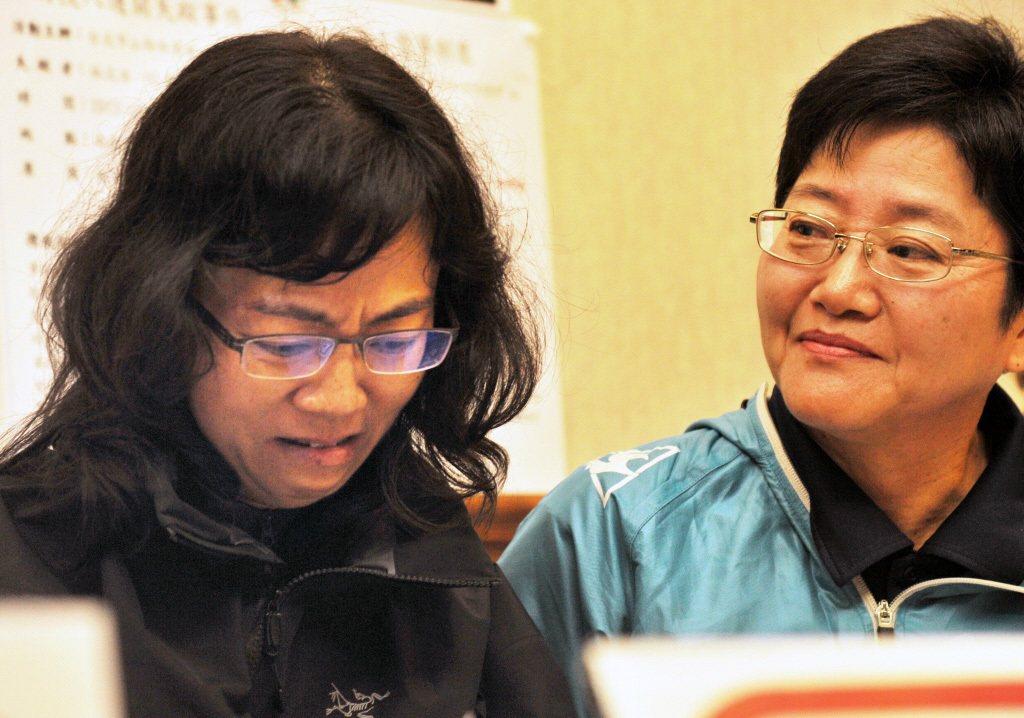 2013年,揹工吳明旭墜谷身亡,其妻子(左)召開記者會要求保障揹工的勞動權益。 圖/聯合報系資料照