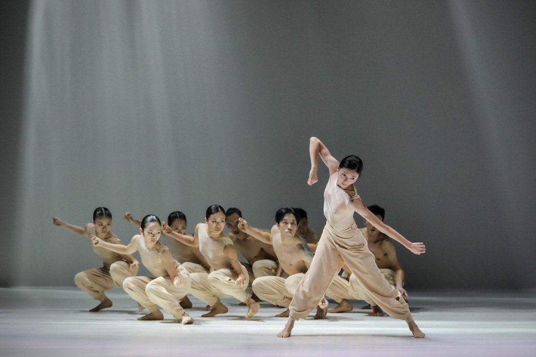 《定光》純淨的舞台光線流瀉而下,舞者身體內斂而湧現能量。 三發地產/提供