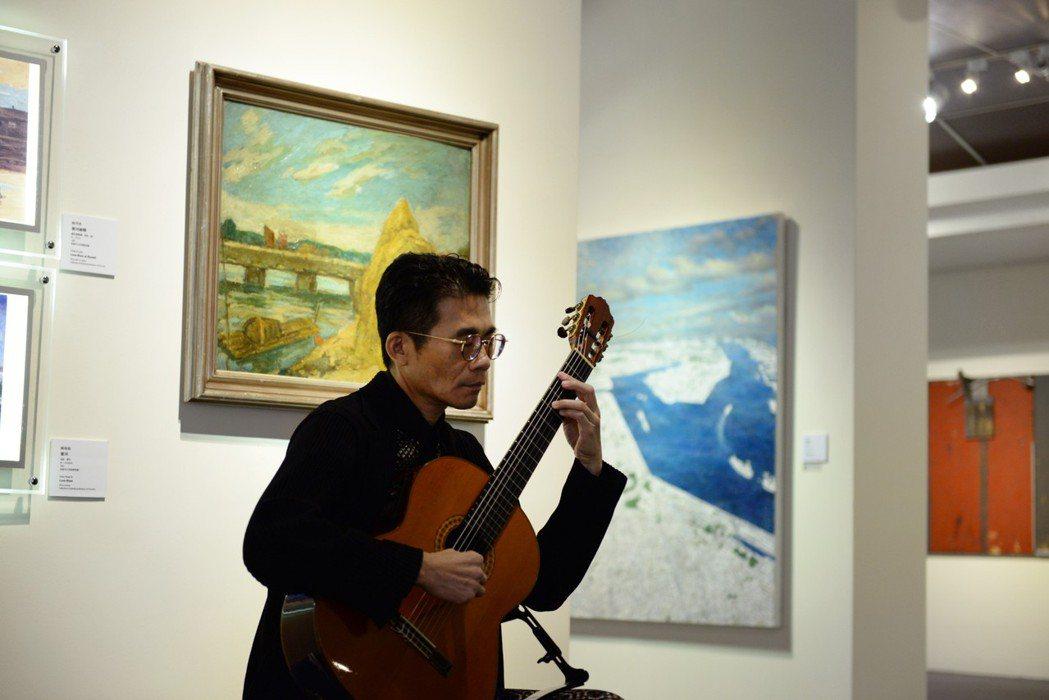 吉他演奏家蔡世鴻於展間為現場來賓帶來充滿台灣南部鄉土風情的表演曲目。高美館/提供...