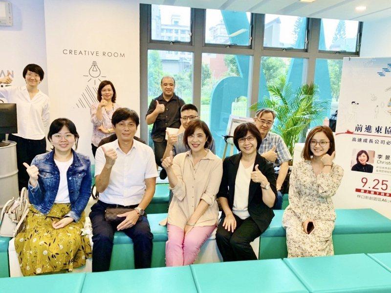 李景屏到林口新創基地與聽眾分享高速成長公司前進海外必備的人資思維。 新創基地/提...