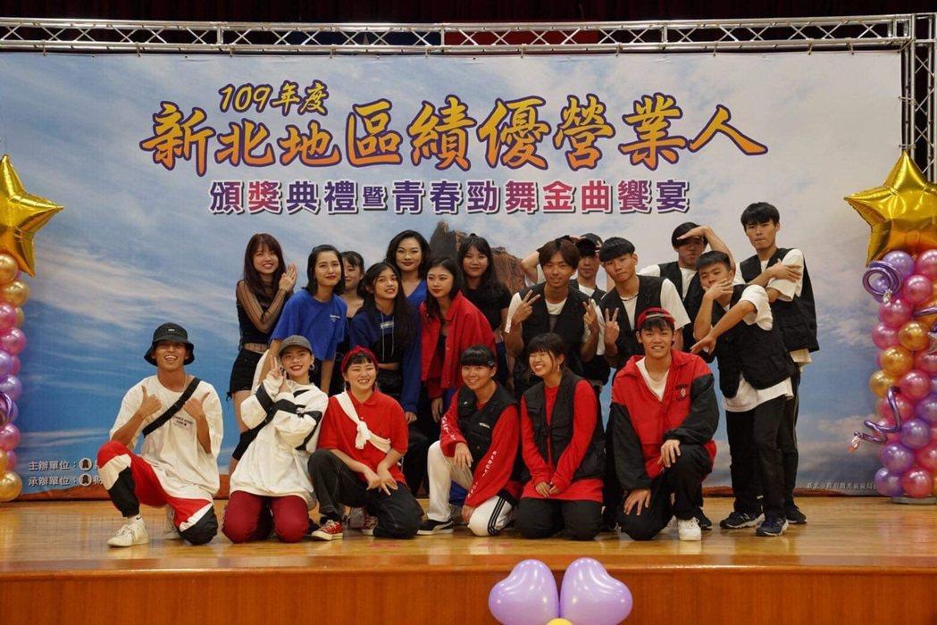 輔大熱舞社活動中熱情表演。