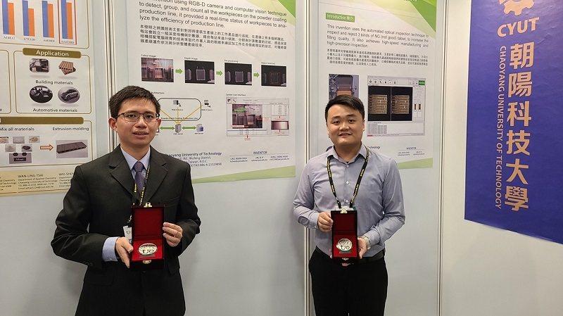朝陽科大資工系團隊林子怡(右)及洪承孝(左)奪下銀牌。 朝陽科大/提供