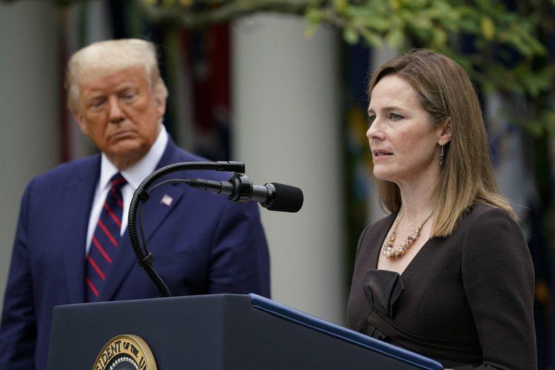 川普總統(左)提名的女法官巴瑞特,預料可在參院過關。 美聯社