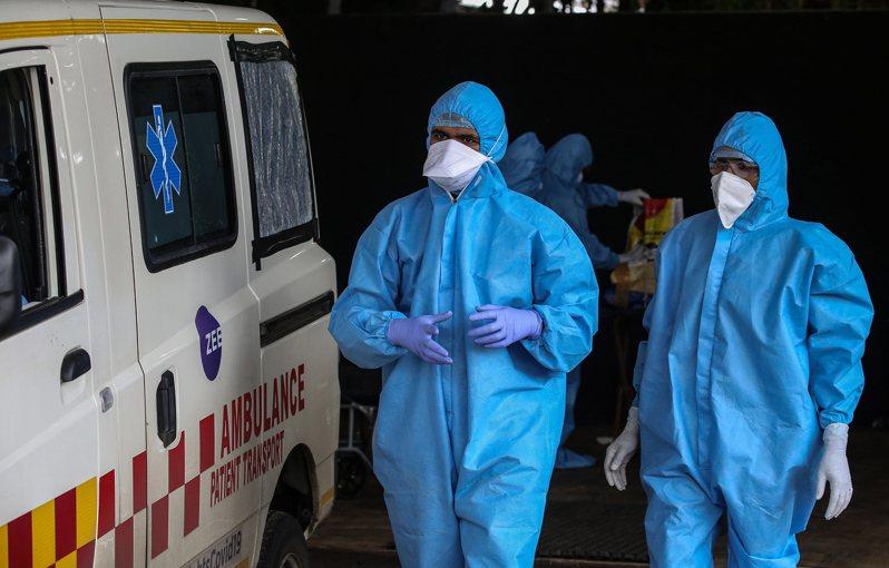 印度救護車司機在死亡病例激增,就被派去運送新冠肺炎死者遺體。(歐新社資料照片)