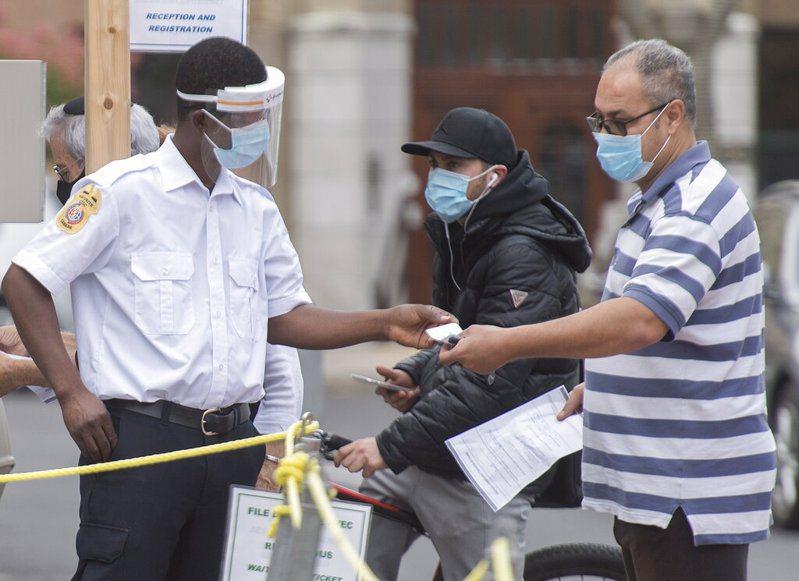 為遏阻疫情擴散,在公眾場合維持社交距離並配戴口罩,在許多城市中已經是日常生活的一部分。 美聯社