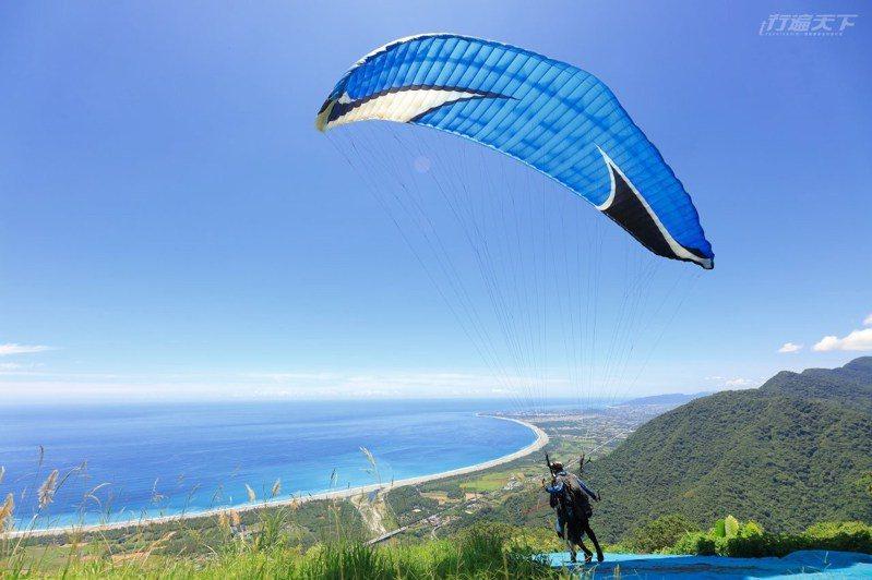 搭乘飛行傘俯瞰山海極景刺激又有趣,下方就是七星潭絕美海景。