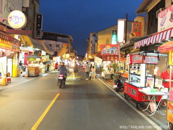 「旗山老街」是我跟家人很常來尋覓美食的其一去處,夜晚的氛圍很舒服