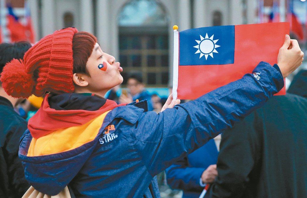 本報「兩岸關係年度大調查」顯示,民眾對台灣前途仍以「永遠維持現狀」為主流,比率為...