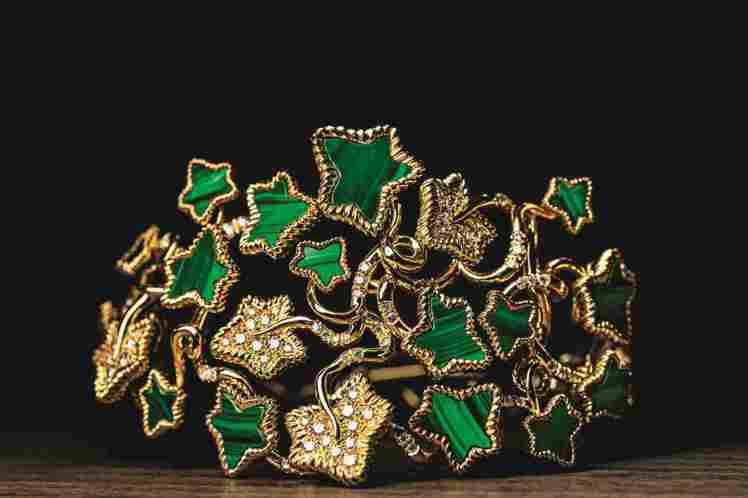 Leaves of Love黃K金孔雀石手環製作過程。圖/DIOR提供