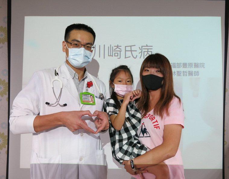 衛福部豐原醫院小兒心臟科醫師林聖哲,和患者小妹妹。記者游振昇/攝影