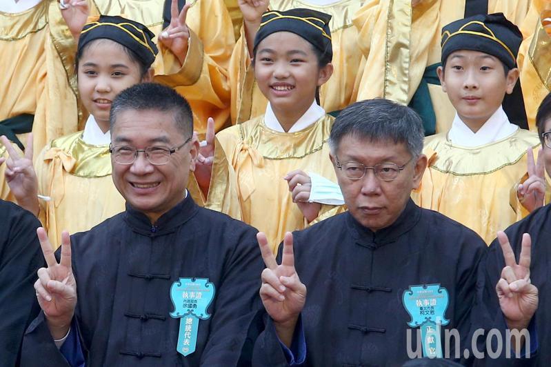台北市長柯文哲(前右)與內政部長徐國勇(前左)一起出席北市祭孔大典,兩人寒暄後互動冷。記者蘇健忠/攝影