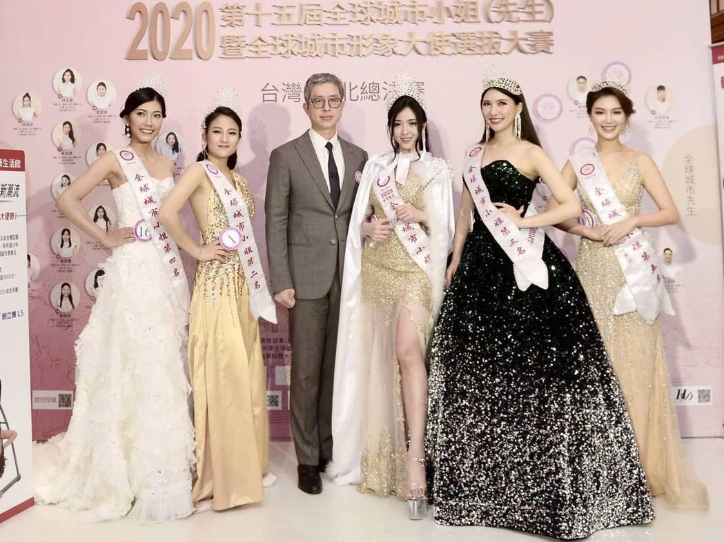 整型教父邱浚彥(左三)、第15屆全球城市小姐台灣賽區第一名陳怡蒨(右三)。圖/中