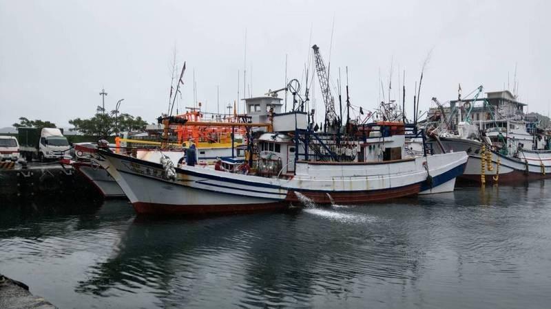 日本海上保安廳公務船衝撞蘇澳籍漁船,蘇澳區漁會接獲船長通報,目前船首受損,7名船...