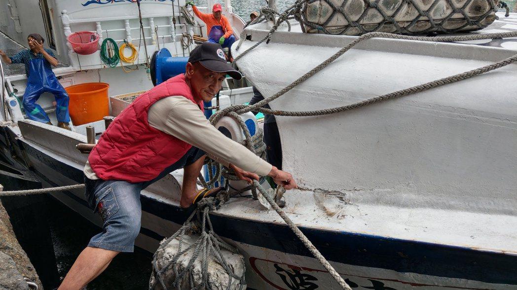 「新凌波236號」漁船的船艏遭日本保安廳公務船擦撞受損,右舷破裂。記者戴永華/攝...