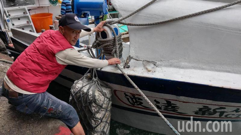 與日方發生擦撞的我國籍漁船「新凌波236號」 船艏受損,右舷裂損。 記者戴永華攝...