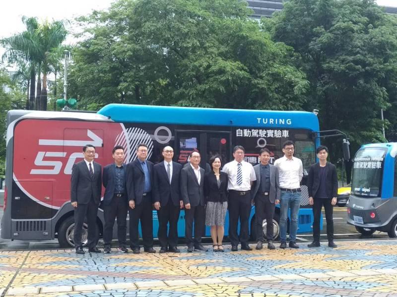 台北市信義路公車專用道夜間自駕巴士測試,9月30日開放民眾試乘體驗。自駕巴士試乘體驗採「網路預約報名機制」,即日起接受報名,全程免費。記者林麗玉/攝影