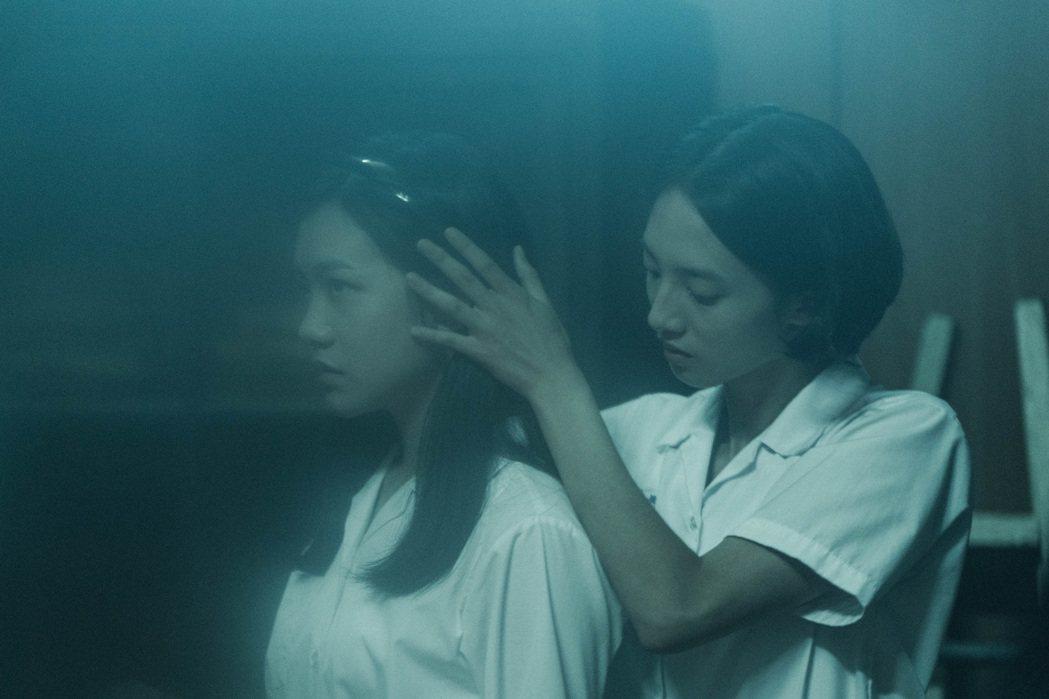 「返校」影集中飾演學姊方芮欣的韓寧(右)與飾演學妹劉芸香的李玲葦。圖/公視提供