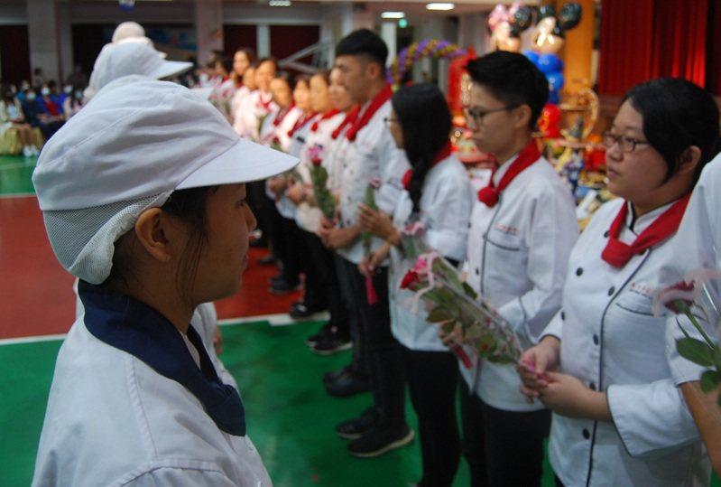 拜祖師爺大典是傳統也是特色課程。圖/桃園市私立永平工商提供