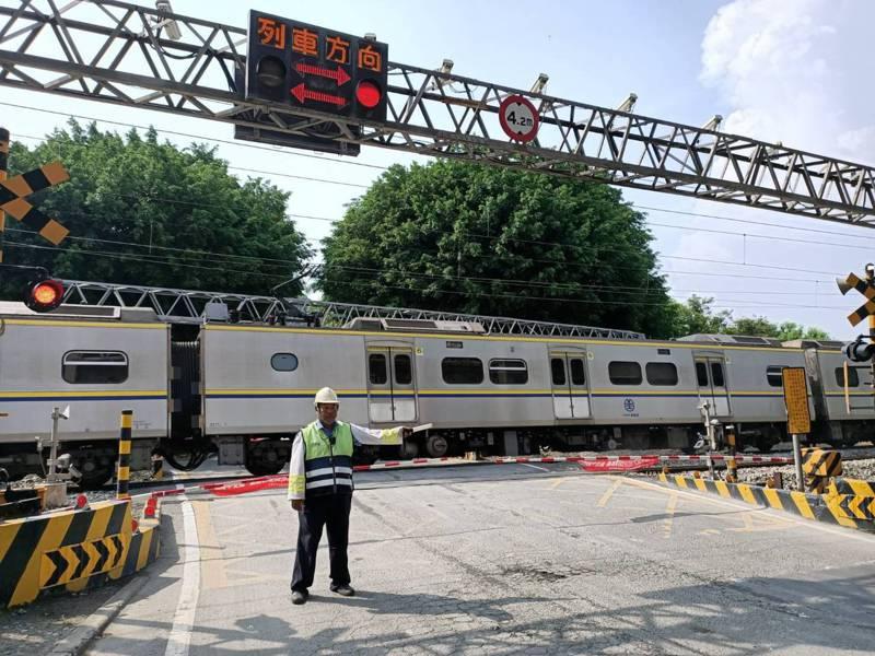 台鐵增聘看守人員守護人車安全通行平交道安全。圖/台鐵提供