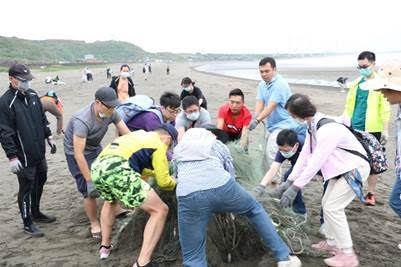 「愛護海洋、守護地球,國泰證券、國泰期貨一起行動淨灘活動」清理海廢,看見孩子的笑...