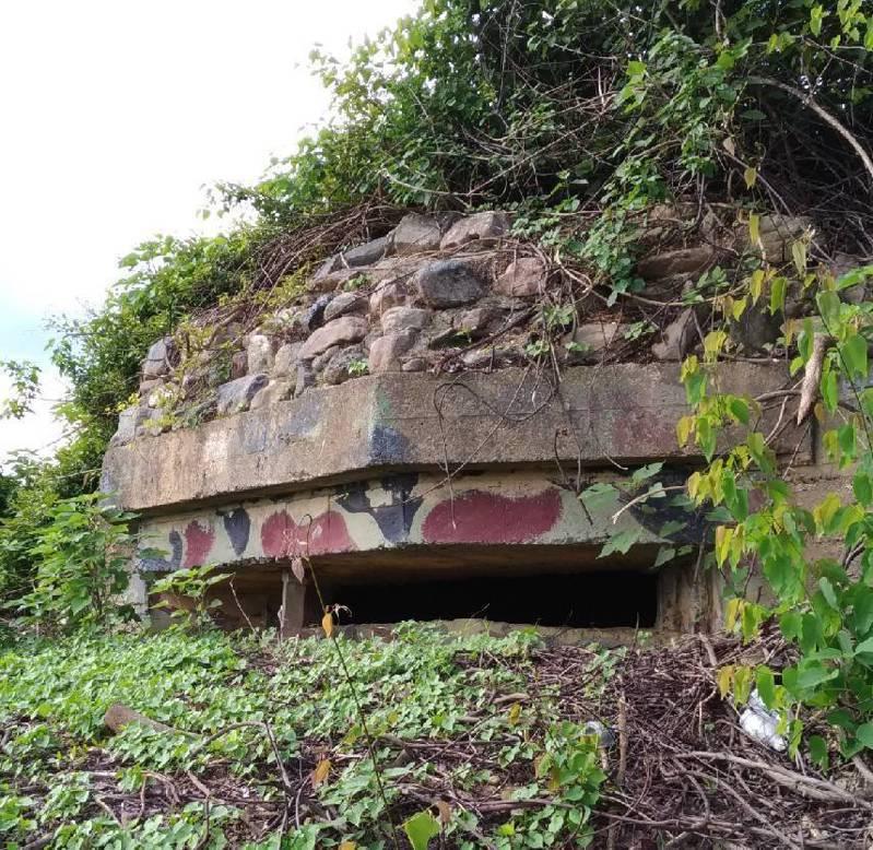 屏東二戰軍事遺跡「石頭營」近來遭蓋枋寮太陽光電發電廠,損及文資,圖為「石頭營」要塞的機槍堡原貌。圖/林炫耀提供