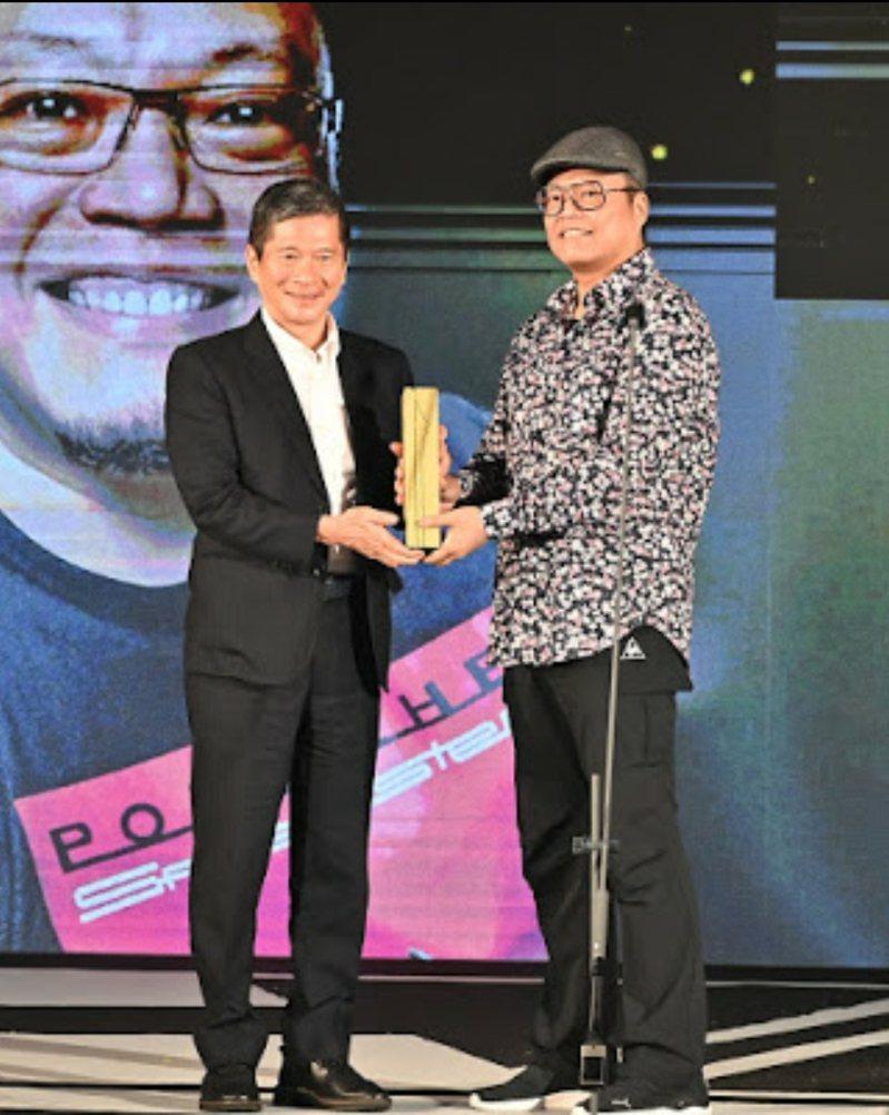 文化部長李永得(左)頒獎給金漫獎特別貢獻獎得主蕭言中。圖/文化部提供