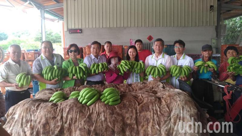 立委劉建國幫農民促銷香蕉,獲企業與機關響應。圖/劉建國服務處提供