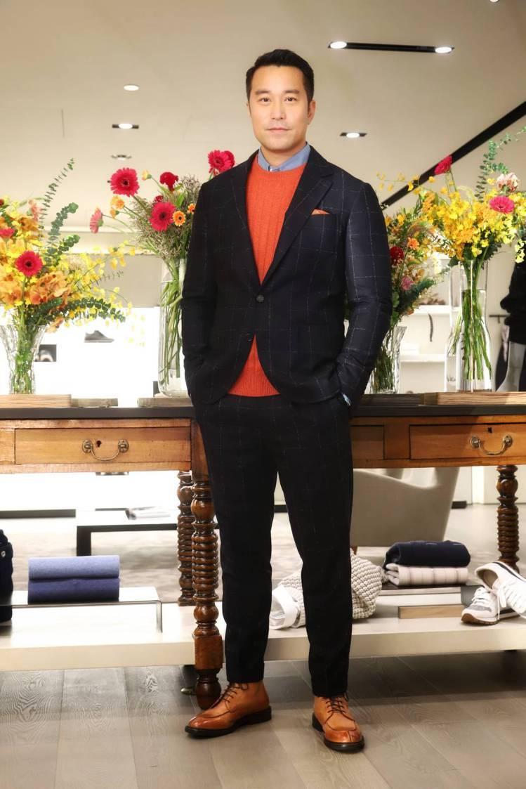 張孝全穿Brunello Cucinelli深藍條紋西裝17萬4,100元,印花...
