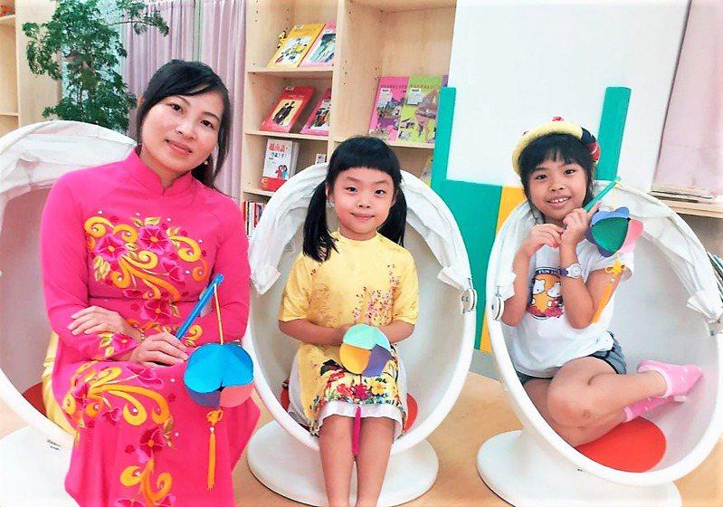 蘆洲兒童親子分館昨舉辦「新南向多元文化體驗交流活動」,邀請越南新住民教學越南傳統燈籠製作,讓新住民一解思鄉情懷,也讓台灣民眾認識異國文化。圖/新北市立圖書館提供