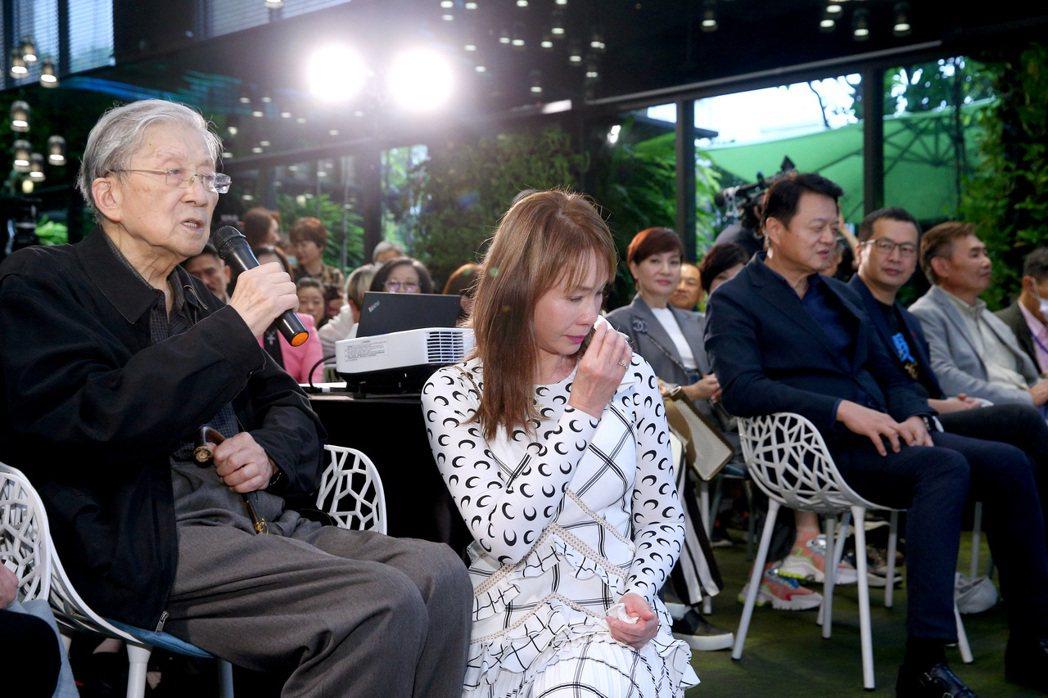 李行(左)致詞讓周丹薇當場落淚。記者余承翰/攝影