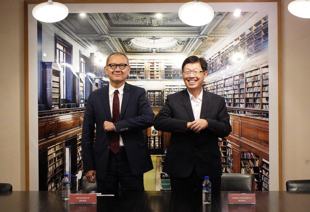 鴻海董事長劉揚偉(右)與國巨董事長陳泰銘擊肘合影。圖:鴻海提供