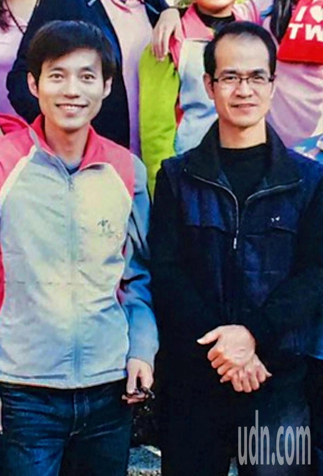 數位圖文傳播科技班職訓師郭啟禎(右)肯定郭糧源(左)訓後表現。圖/ 雲嘉南分署提...