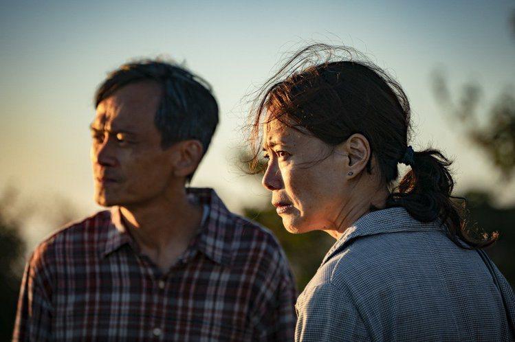 柯淑勤(右)、陳以文(左)主演的「陽光普照」。圖/甲上提供