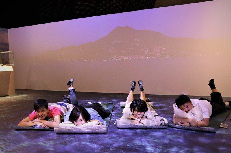 夜宿博物館活動,民眾可以悠閒地躺在淡水河口造景上