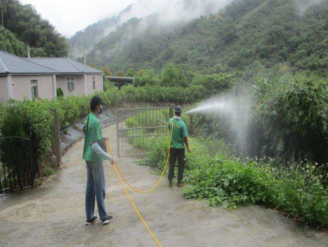 新北市衛生局派員進行環境孳生源清除與預防性噴消。圖/新北市衛生局提供