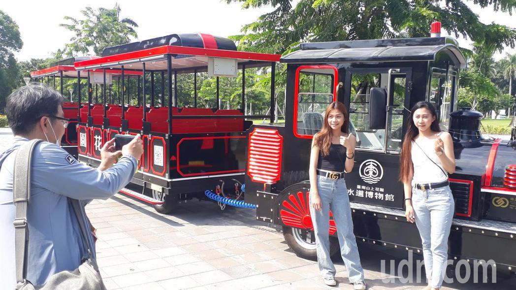 中秋雙十連假台南何處去?台南市府建議先到水道博物館,有火車頭遊園車吸引遊客拍照。...