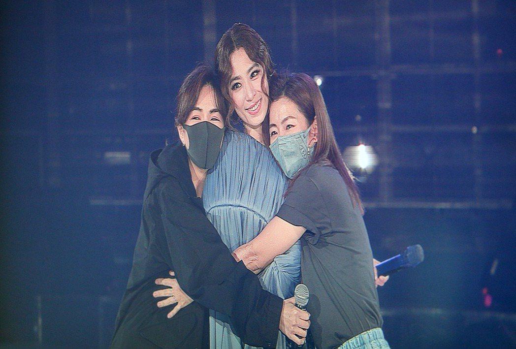 Ella(左起)、Hebe、Selina闊別15個月後公開合體。記者余承翰/攝影