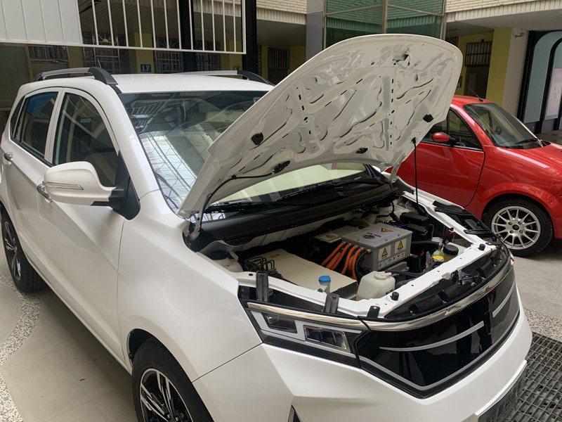 敏實科大從海外進口敏實集團製造的純電車,訓練學生了解車體結構。記者巫鴻瑋/攝影