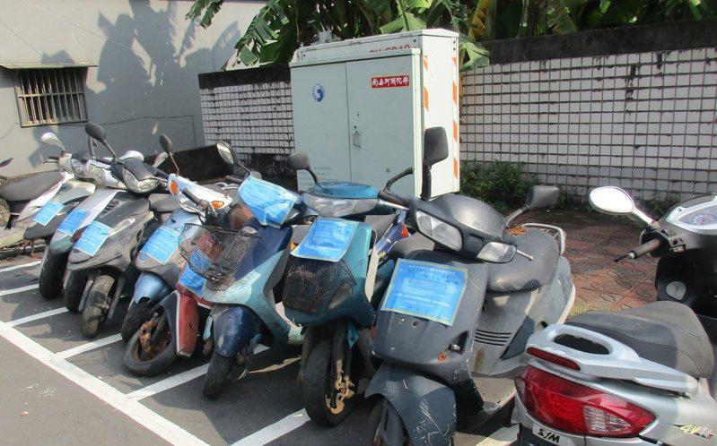 新北環保局每天會派員巡查有無廢棄車輛長期占用停車格,並在車身張貼通知,限7日移走,否則就先拖吊存放。圖/新北環保局提供