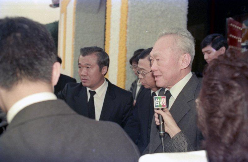 資深新聞工作者蘇玉珍曾訪問新加坡前總理李光耀(右)等領袖。圖/聯合報系資料照片
