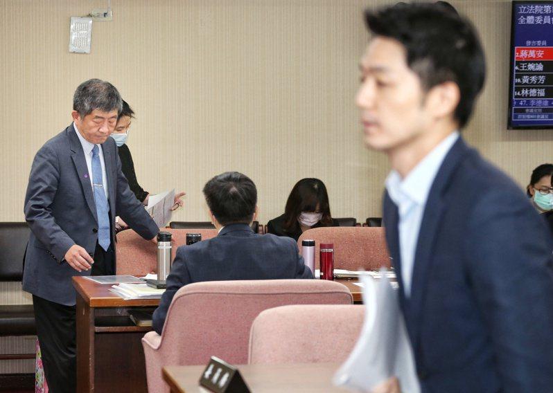 針對瘦肉精標示問題,立委蔣萬安(右)昨天在立法院衛環委員會質詢衛福部部長陳時中(左),為何不比照基改食品全面標示,台下兩人幾乎零互動。記者曾原信/攝影