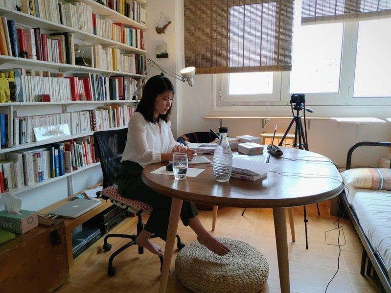 圖為孫有蓉在法國巴黎教書情景。平安文化提供