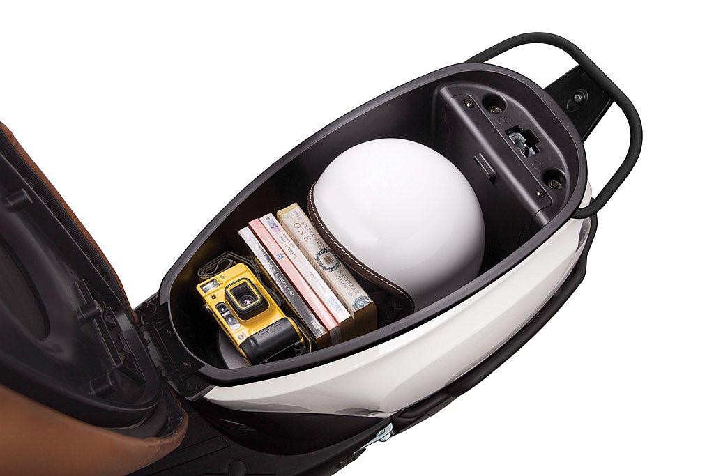 承襲宏佳騰Dory車款優勢,擁有可放20吋行李箱的寬敞前置物空間、美觀方便的隱藏...